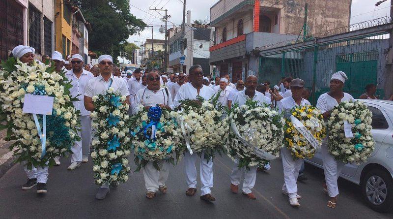 Multidão acompanha enterro de Mãe Stella de Oxóssi em Salvador